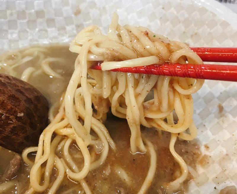 替え玉の麺をスープにつける