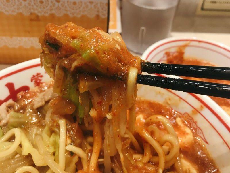 麺に麻婆豆腐を絡める